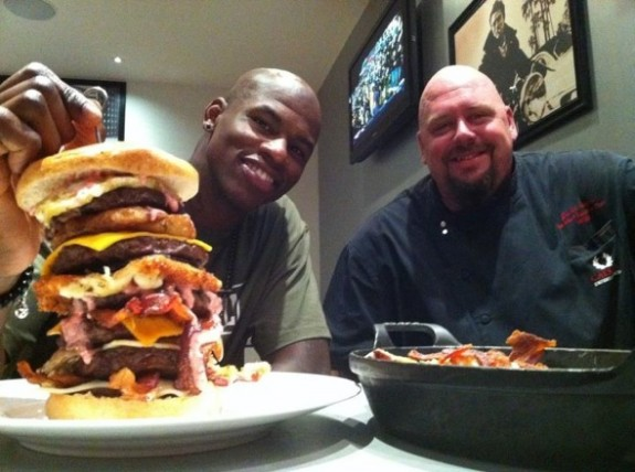 Nuggets Forward Al Harrington Attempts To Eat A 4.5 Pound Burger